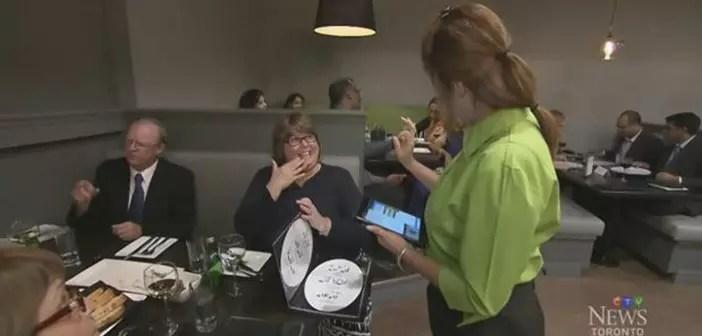 Les clients entrent en contact avec la langue des sourds américains