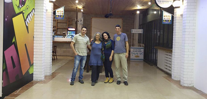 Les clients dans la barre Houmous, un restaurant israélien a décidé de réunir les Israéliens et les Palestiniens