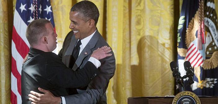 Tim Harris da uno de sus famosos abrazos al presidente Obama