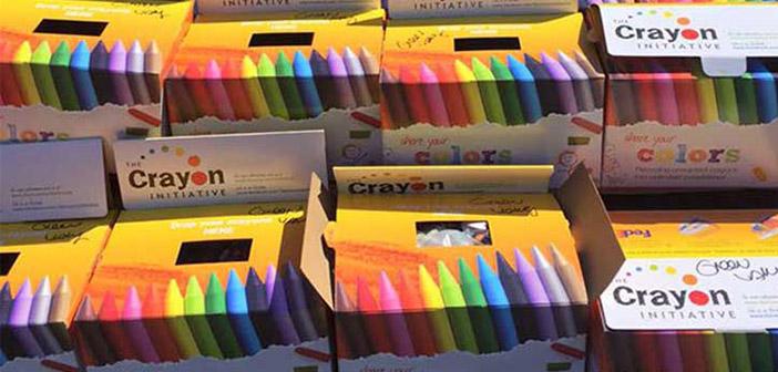 Dans des boîtes des crayons de couleur prêts à être distribués