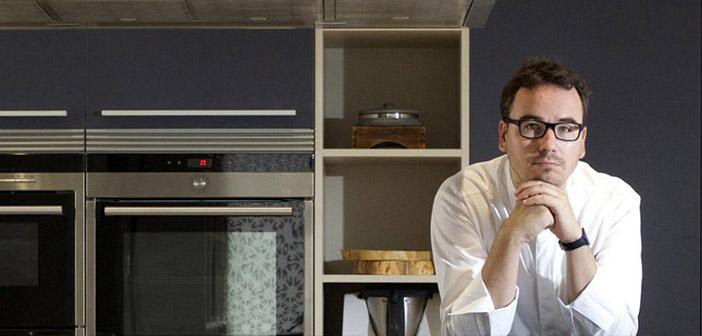 Paco Morales dans la cuisine avec l'imprimante 3D