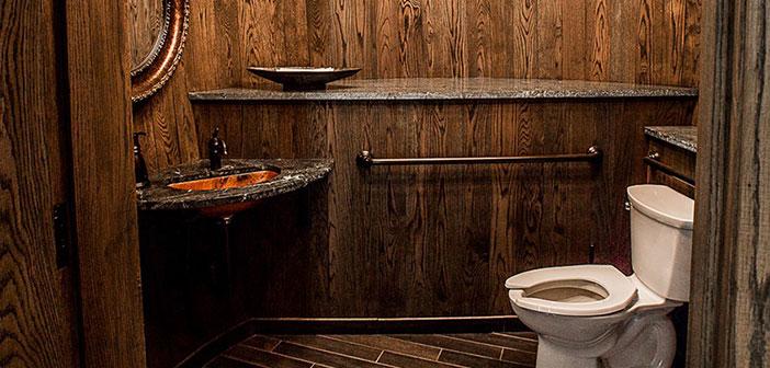 Charleston, South Carolina: los baños del restaurante han sido diseñados con barriles gigantes de madera para adaptarse a la atmósfera y decoración de la destilería y la sala de degustación.