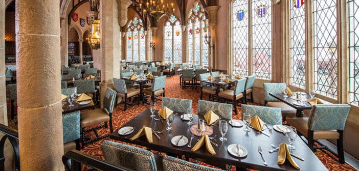Está dentro del castillo de Cenicienta y allí podrás degustar un menú basado en la alta cocina americana, lo que le convierte en uno de los más exclusivos del resort.