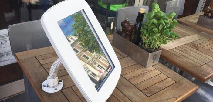 tableaux numériques qui projetait les éléments de menu au choix et des terrasses avec des comprimés sur les tables. Les écrans à l'ordre de votre table.