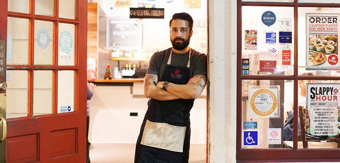 Andrew Gruel , Le chef et propriétaire de la chaîne de restaurants Slapfish , répond à un 50 commentaires en ligne par jour , négatif positif.