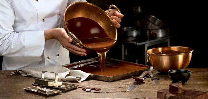 Tú puedes elegir la fecha para crear un nuevo postre en tu restaurante basado en uno o varios tipos de chocolates y promocionarlo ese día.