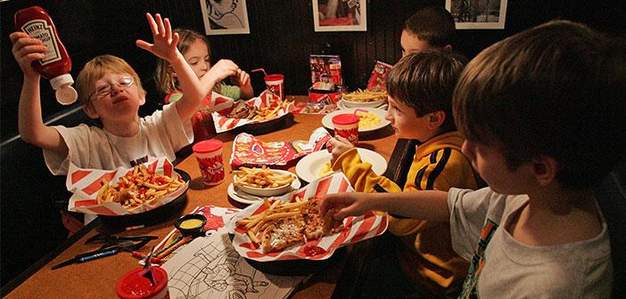 pommes de terre, hamburgers, panés et frits sont les principaux ingrédients de tout menu enfant dans un restaurant.