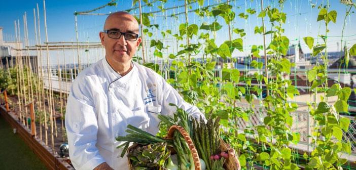 """""""Cada vez más clientes buscan restaurantes con productos de calidad, y nosotros la ofrecemos en nuestras verduras"""" cuenta Javier Librero, Chef del Hotel Wellington, el primer restaurante con huerto propio de Madrid, ubicado en una azotea."""