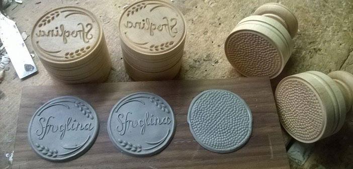 """Après avoir effectué une enquête difficile, ils ont trouvé Fillippo Romagnoli in Chianti: « Même en Italie, trouver un expert pour imprimer sur des pâtes, c'est compliqué"""". Cela a créé un timbre personnalisé imprimé sur Trabocchi toutes les pâtes."""