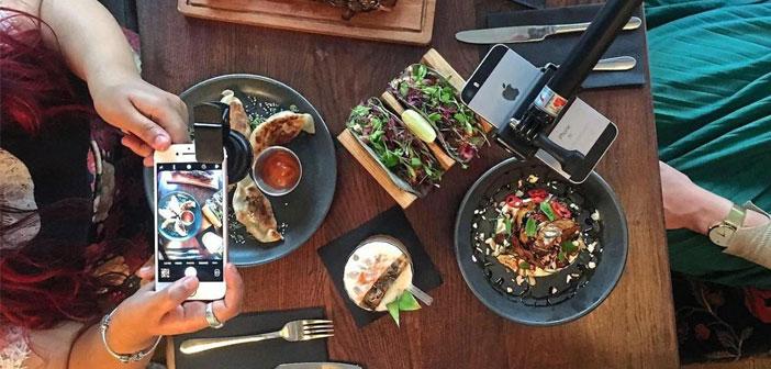 """Los comensales del Dirty Bones se pueden beneficiar del completo """"Kit especial del foodie-instagramer"""" que consta de: una luz LED, un cargador portátil, una lente especial y un trípode con palo selfie incluido."""