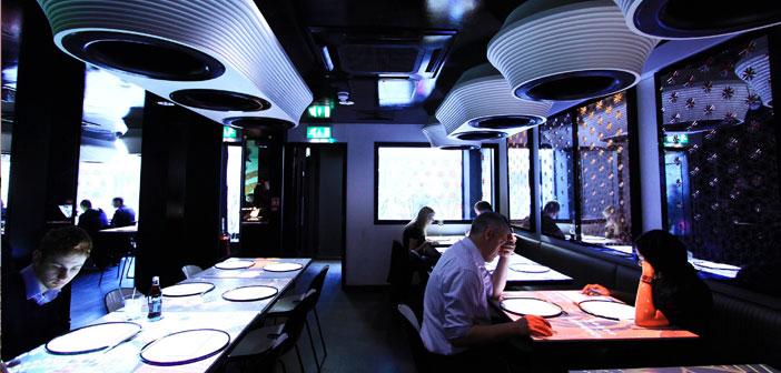 Ici, la nourriture est demandée en appuyant sur les boutons virtuels sur ce « tableau électronique ». Ainsi que la nourriture arrive, les convives peuvent regarder une vidéo du personnel de cuisine pour préparer votre assiette, et informations, par exemple, sur les services de la région où le restaurant est; quelque chose d'extrêmement utile pour les nombreux touristes qui visitent cette activité.
