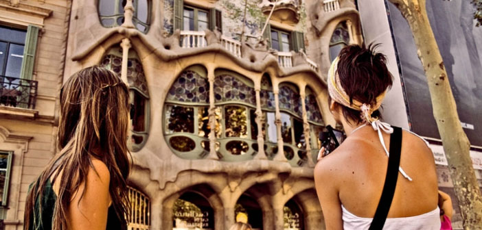 Los viajeros que mejor valoran los restaurantes de Barcelona son los turistas húngaros, con un 4.44, y australianos, con un 4.42. También puntúan con un sobresaliente otras nacionalidades como canadienses (4.30), británicos (4.25), alemanes (4.22), franceses o italianos (ambos con un 4.11).