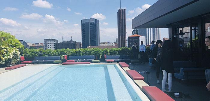 cuisine italienne avec une chambre d'hôtel de luxe moderne. Fils 1400 m2 situé sur le toit d'un hôtel avec une vue magnifique sur la ville et deux piscines.