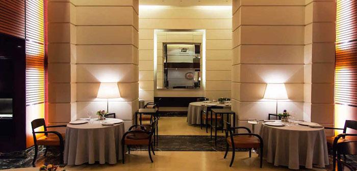 le chef étoilé au guide Michelin et Masterchef, Carlo Cracco avec son épouse Camilla, responsable de MK Group, vient d'ouvrir ce restaurant de luxe situé sur la Galeria Vittorio Emanuele II, la zone la plus luxueuse dans toute l'Italie.