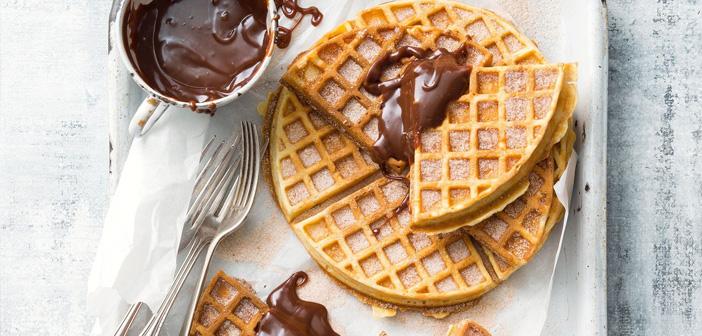 De hecho, ya son varios los restaurantes que han introducido el waffle (gofre) como ingrediente de postres en su carta. Haz algo similar para ese día y promociónalo como novedad en tus redes.