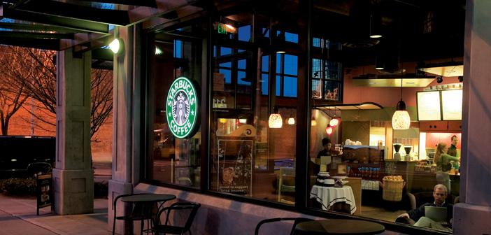 Al contrario, la historia de Starbucks está plagada de cambios tecnológicos que han hecho la vida de sus clientes más sencilla. Por allá de 1998 se convertía en una de las primeras empresas en tener una página web y más adelante, en 2002, sus cafeterías servían como uno de los pocos puntos públicos de acceso WiFi.