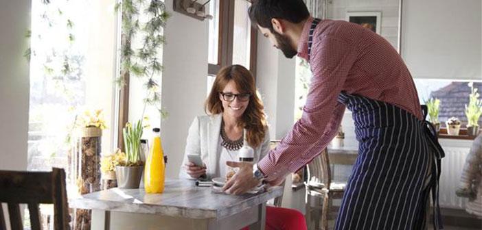 nous disons 7 façons de passer le temps d'attente dans un restaurant sans regarder le Smartphone. Dans l'attente de tâches d'examen, parler aux gens, se promener...