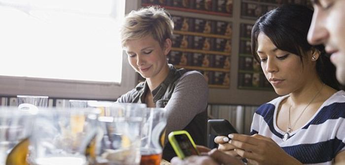 Una publicación científica realizada en el Journal of Experimental Social Psychology demuestra además que la presencia de móviles disminuye la satisfacción del consumidor e impide que se disfrute plenamente de la experiencia.
