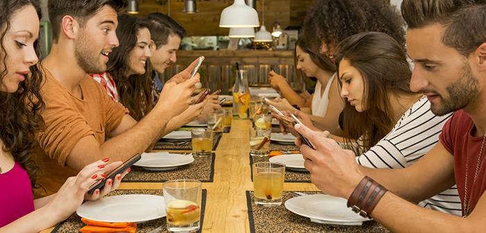 Sí, sin duda. Prohibir los móviles de forma directa causa una gran fricción con la clientela. Otros locales están experimentando con estrategias orientadas a mejorar la experiencia de usuario.