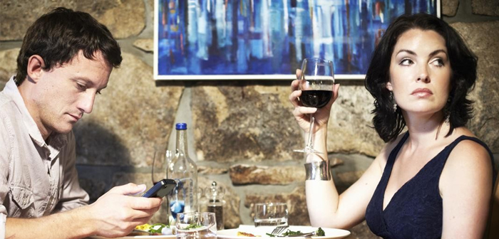 Should restaurants ban the use of mobile?