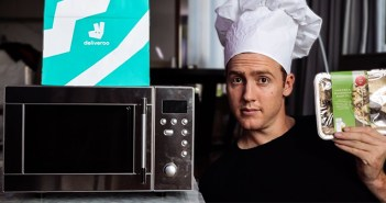 Un youtuber vende platos precocinados del supermercado a través de un restaurante virtual en Deliveroo