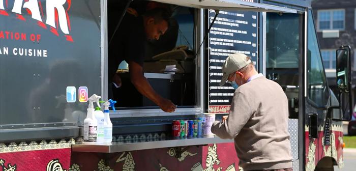 Lejos de tratarse de un caso puntual, muchas otras gastronetas operan en la misma ciudad y en sus cercanías, y parece que todas ellas están experimentando una segunda época dorada de la comida sobre ruedas.