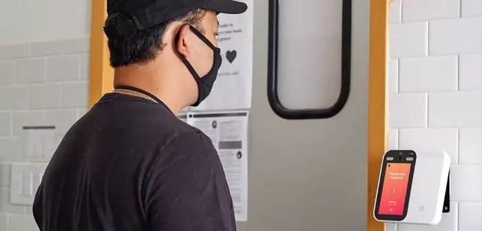 Quienes llegan al restaurante solo tienen que encuadrar su cara en la pantalla, y el dispositivo se encarga de dar el visto bueno a su visita o advertir de que un posible contagio por SARS-CoV-2.