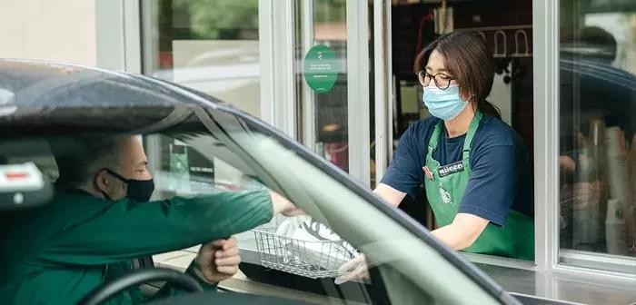 En Starbucks, por ejemplo, están destinando plazas de aparcamiento predefinidas para la recogida fuera de tienda.