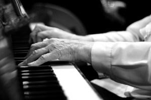 Piano tocado por mãos idosas