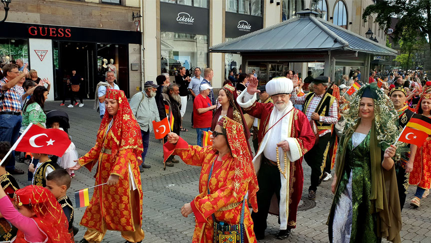 Nürnberg sokakları Türk folkloru ile şenlendi