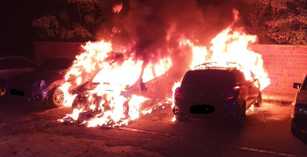 Sabaha karşı araçlar yakıldı