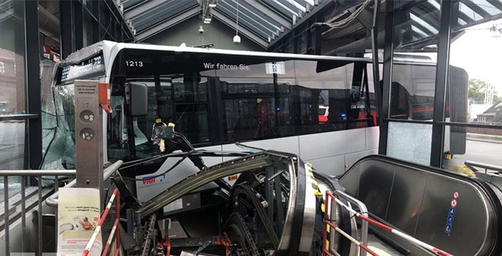 Belediye otobüsü istasyona daldı