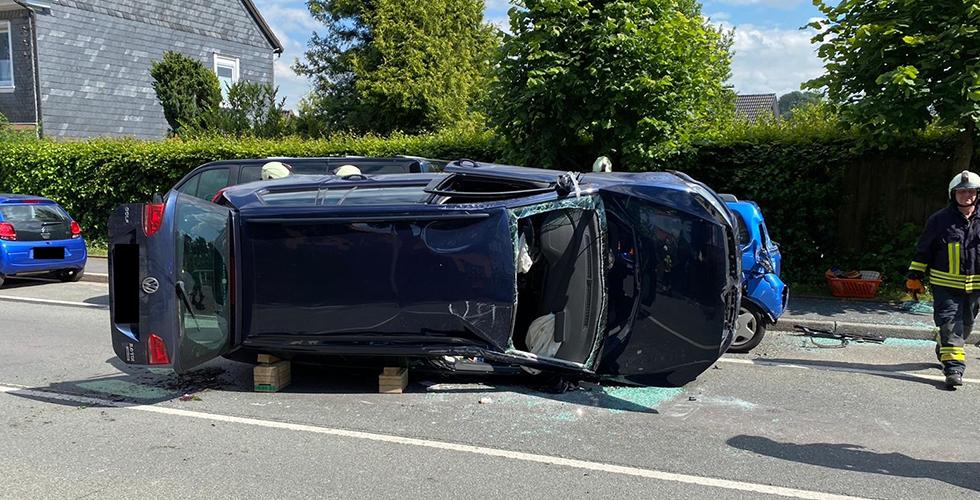 Kazada araç yan yattı: İki yaralı