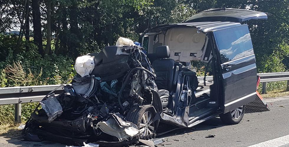 Şerit değiştirirken kamyona çarptı: 2 ölü