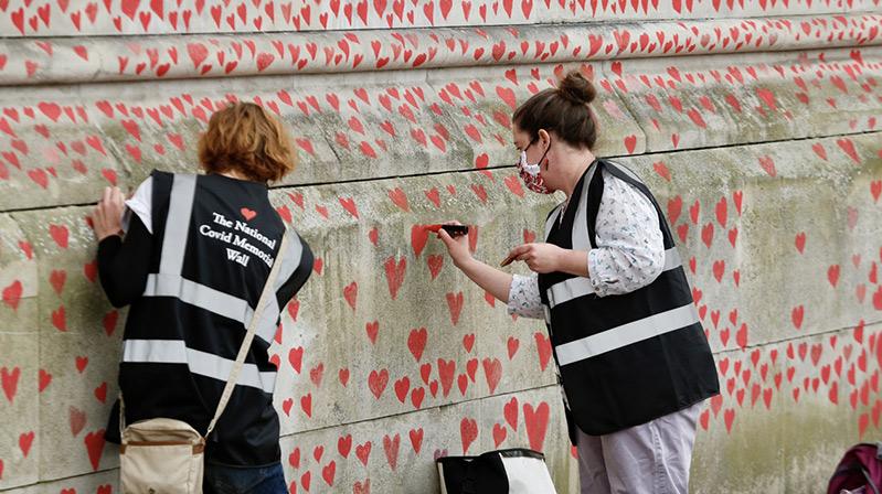 İngiltere'de Kovid-19'dan ölenler için 150 bin kalp