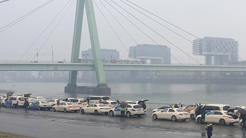Köln veDüsseldorf'ta taksiciler eylem yaptı