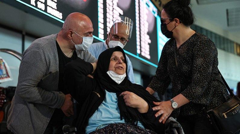Almanya'da bakımevinde kalan felçli kadın, Aile ve Sosyal Hizmetler Bakanlığının desteğiyle Türkiye'ye döndü