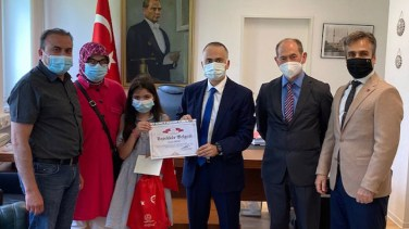 Atatürk'ün Gençliğe Hitabesi'nigüzel okuyan öğrenciler ödüllendirildi