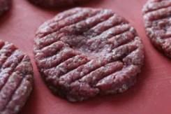 Selbstgemachte Burger Patties mit Avocadocreme