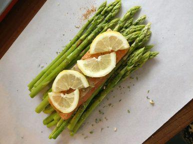 Grüner Spargel mit Lachs im Butterbrotpapier