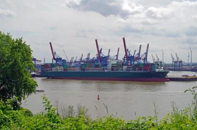 Blick von der Elbchaussee auf die Containeranlage und einen Containerfrachter am Burchardkai.