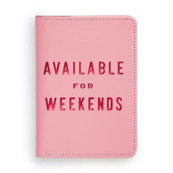 Reisepasshuelle mit Schriftzug Available for weekends im Foliendruck. Die Macherei