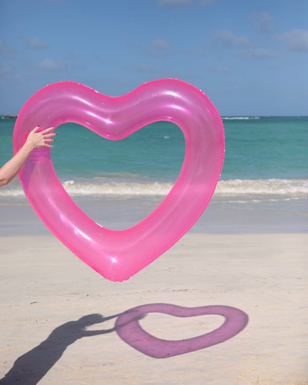 großer Schwimmreifen in Herzform; zwei Farben erhältlich. Die Macherei