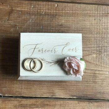 gravierte und personalisierte Ringbox aus Holz. Die Macherei