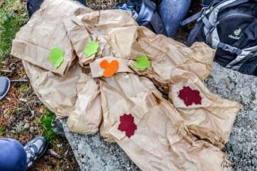 Das Gourmet-Piknik für die Wanderung verschnürt mit Burelassessoires. Foto: Flora Jädicke