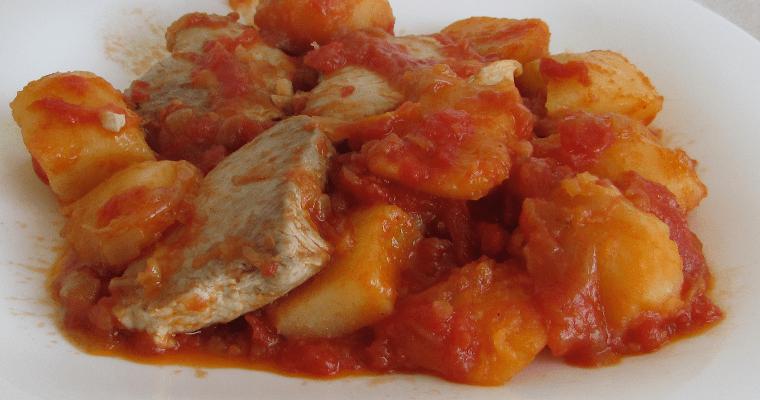 Bonito con tomate y patatas