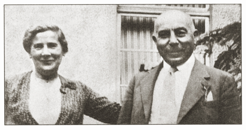 Karl und Lilly Neumann vor ihrem Geschäft, der Weinhandlung Laufer, Ecke Bahnhofstraße/Taunusstraße (heute ehem. Möbelhaus Schwaab) Quelle: Meyer1998, S. 234
