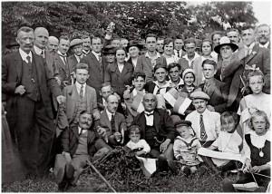 Ludwig Louis Langstädter (Mitte) und Mitglieder des Arbeitergesangvereins Freiheit. Bis zur Auflösung des Vereins 1933 war er der Dirigent.
