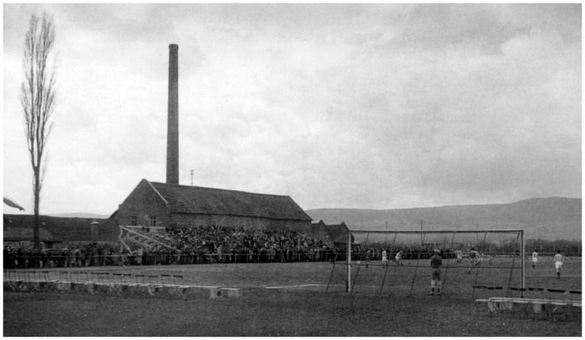 Düngemittelfarbeik Heinrich Koch. Die Tribüne ist dort, wo sie sich heute noch befindet. Dahinter die Fabrik. Quelle: Archiv Weiland