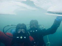 Deux plongeurs sous glace à Tignes